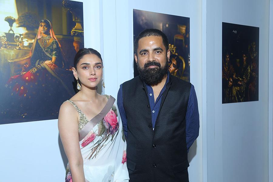 Aditi-Rao-Hydari-face-of-the-Vogue-Wedding-Show-2017-with-Sabyasachi-wearing-his-sari-and-jewellery