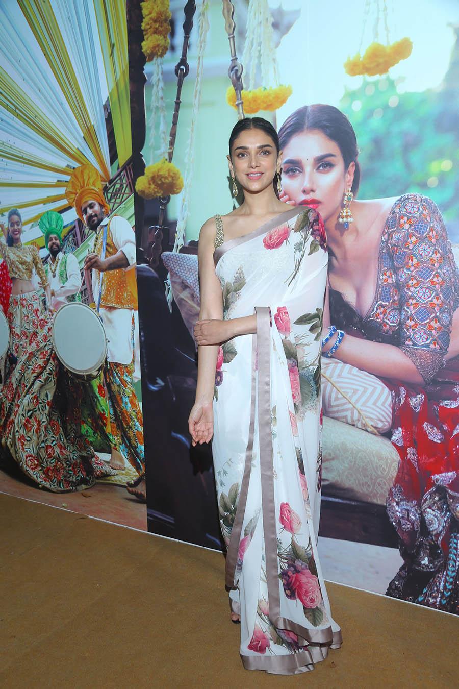 Vogue-Wedding-Show-2017s-brand-ambassador-Aditi-Rao-Hydari-in-Sabyasachi-sari-and-jewellery